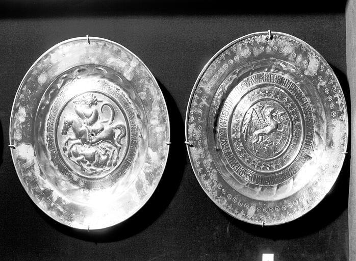 Plat de quète en cuivre repoussé travail allemand : saint Georges  (numéro 92) et Lion de saint Marc au centre (numéro 86)