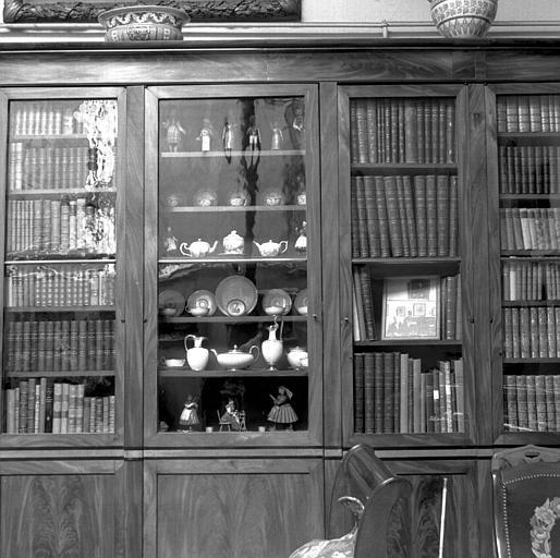 Vitrine de bibliothèque avec objets : fermée