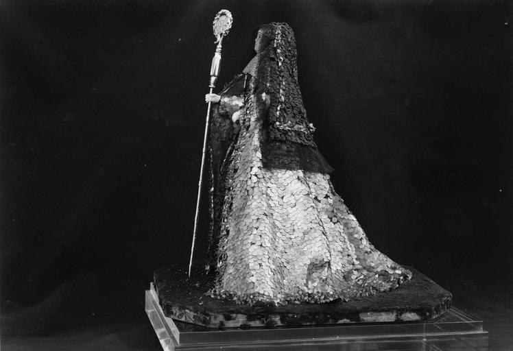 Poupée représentant Madeleine Clotilde de la Bourdonnaye, abbesse de La Joie Notre-Dame, vue de dos