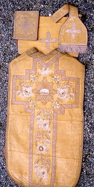 Ornement liturgique n°1 : chasuble, étole de clerc, manipule, voile de calice et bourse de corporal