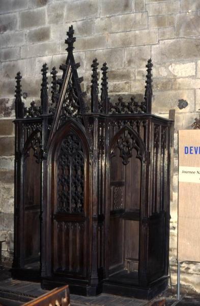 Cinq confessionnaux et ensemble des bancs de fidèles