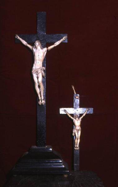deux croix d'autel (crucifix)