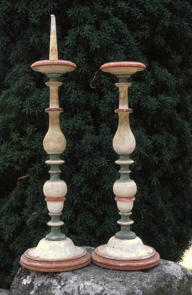 deux chandeliers d'autel