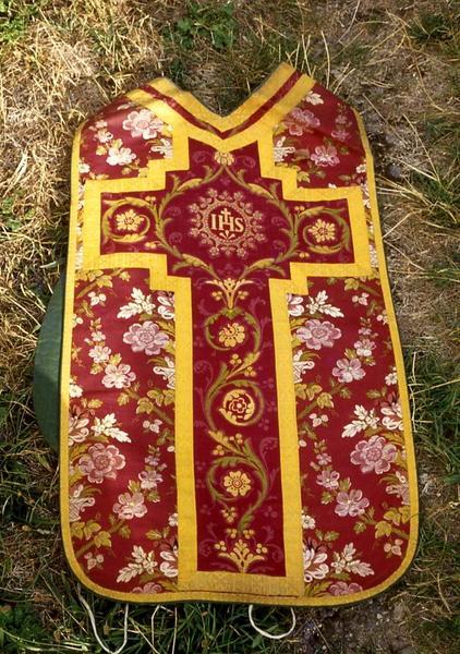 Ornement liturgique : étole de clerc, chasuble et voile huméral