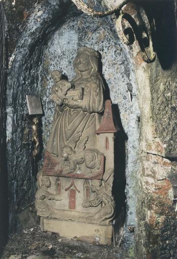 Statue : Notre-Dame de Lorette ou Vierge dite de la Mance, pierre polychrome, repeinte, 16e siècle, dans la niche