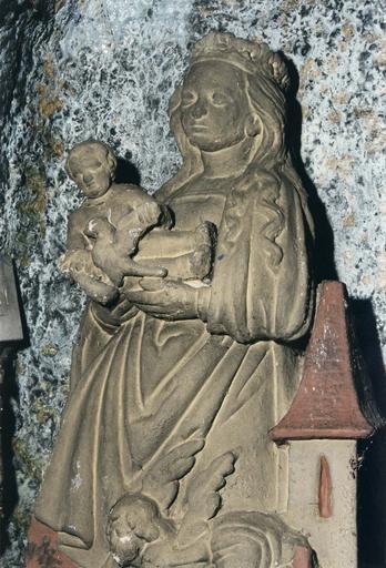 Statue : Notre-Dame de Lorette ou Vierge dite de la Mance, pierre polychrome, repeinte, 16e siècle, vue rapprochée