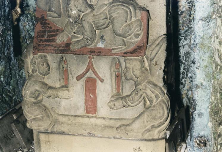 Statue : Notre-Dame de Lorette ou Vierge dite de la Mance, pierre polychrome, repeinte, 16e siècle, détail du bas-relief aux anges adorateurs