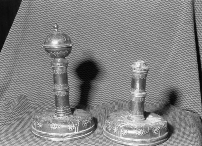 Deux ornements de bâton de Torah ? (rimonim, ornements d'axe), argent gravé et repoussé, 1784