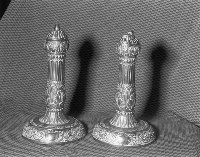 Deux ornements de bâton de Torah ? (rimonim, ornements d'axe), argent repoussé, Saint-Mihiel, milieu du 18e siècle