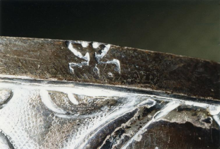 Deux ornements de bâton de Torah ? (rimonim, ornements d'axe), argent repoussé, Saint-Mihiel, milieu du 18e siècle, détail du poinçon