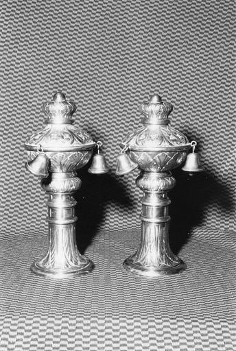 Deux ornements de bâton de Torah ? (rimonim, ornements d'axe), argent fondu, Empire austro-hongrois, 1911