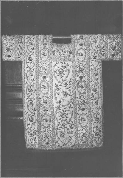 Chasuble, 2 dalmatiques, 3 manipules, voile de calice, bourse (ornement d'été des Carmélites)
