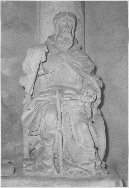 Groupe sculpté : saint (vue frontale)