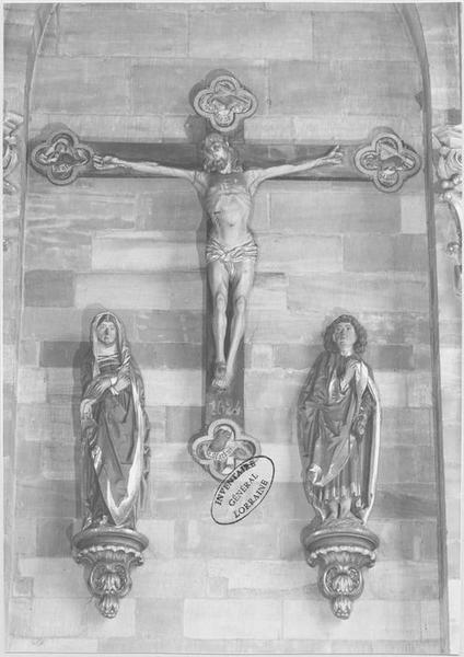 groupe sculpté dit Croix des Porcelets : la Crucifixion comprenant la croix, la Vierge et saint Jean