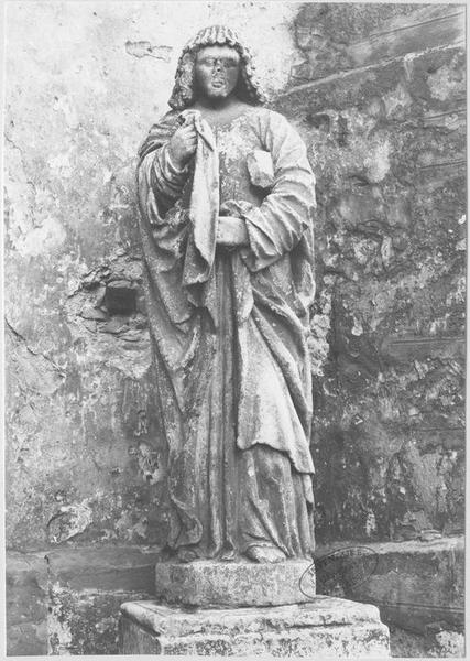 3 statues : le Christ en croix entre la Vierge et saint Jean