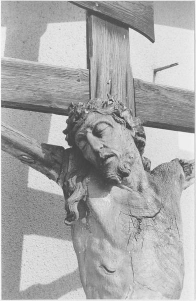 Statue : le Christ en croix (vue rapprochée)
