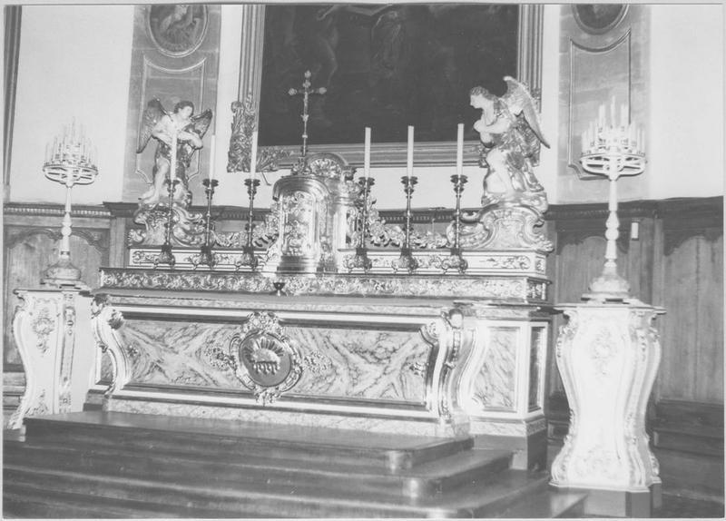 Autel, tabernacle, 2 gradins d'autel, 2 statues : anges adorateurs (maître-autel)