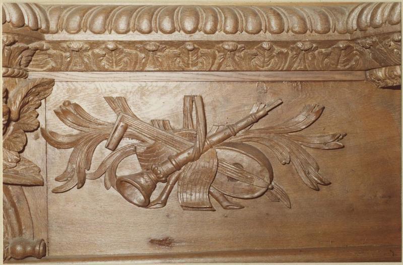 Orgue de tribune : tribune et buffet d'orgue (détail instruments de musique sculptés)