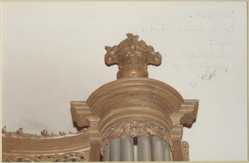 Orgue de tribune : tribune et buffet d'orgue (détail pot de fleurs)