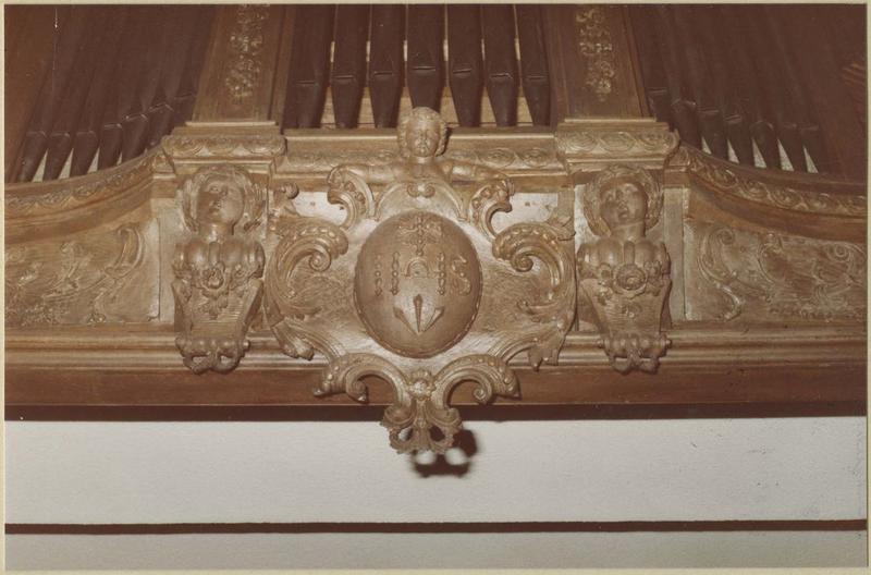 Orgue de tribune : tribune et buffet d'orgue (détail inféieure, au-dessus de l'entrée de l'église)
