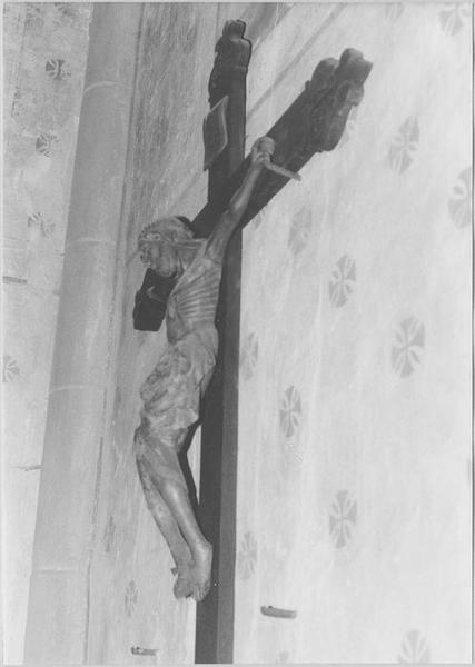 Statue : Christ en croix (de biais)