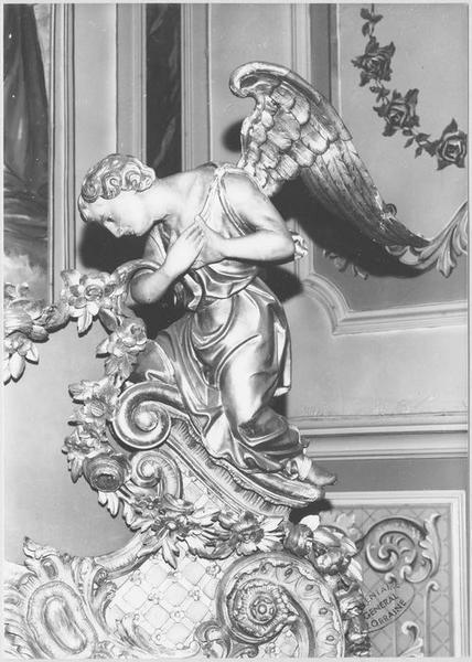 Statue : ange adorateur (maître-autel)