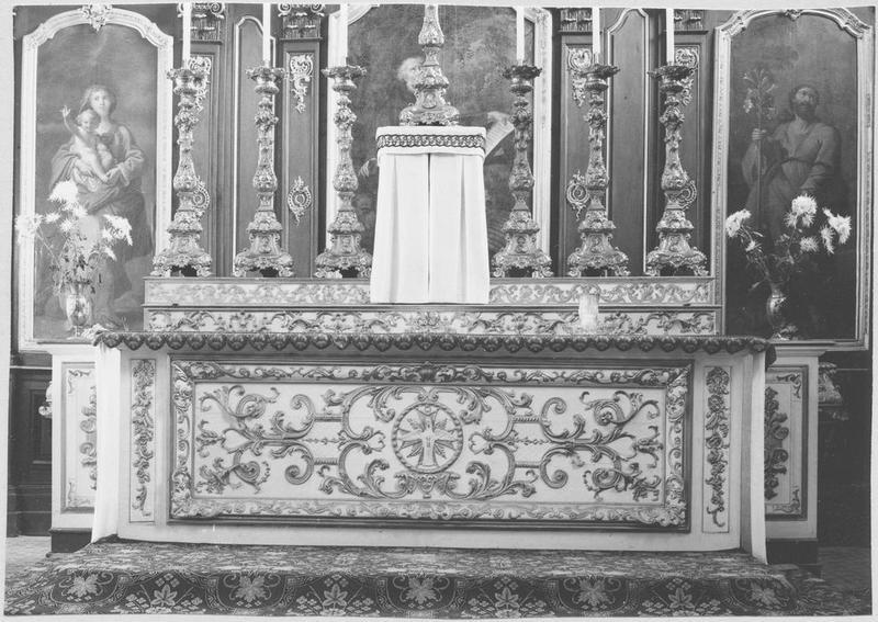 Autel, 2 gradins d'autel, tabernacle, garniture : croix d'autel, 6 chandeliers d'autel (maître-autel)
