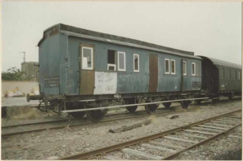 rame de 4 voitures à voyageurs à essieux parallèles, à voie normale (B7 17240, B7 17243, A6 17105)