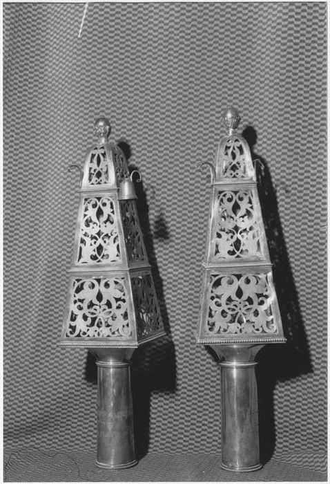Deux ornements de bâton de Torah (rimonim, ornement d'axe)