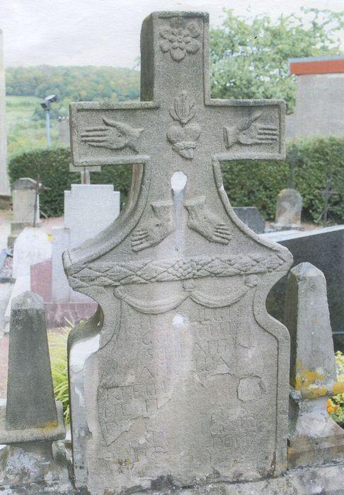 dalle funéraire de la famille Klein-Thiel (croix funéraire)