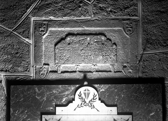 Pierre sculptée encastrée dans le mur nord de la nef : chasse et quatre blasons
