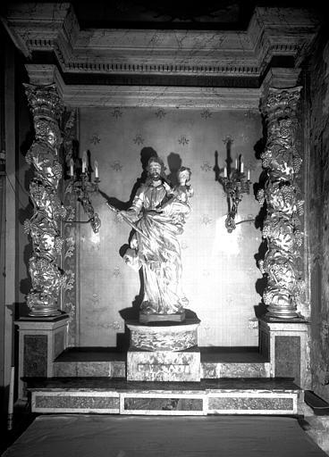 Retable en bois sculpté du 17e siècle et statue de saint Joseph en bois doré du 18e siècle, situés dans la chapelle Saint-Joseph