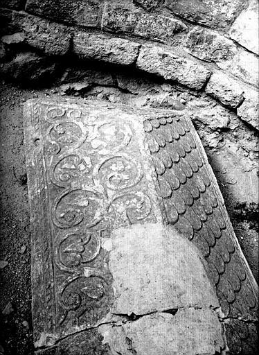 Couvercle de sarcophage en marbre blanc provenant de l'absidiole est côté nord de l'église primitive