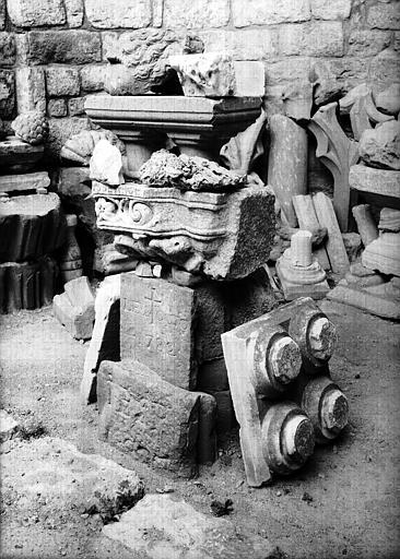 Fragments architectoniques provenant du centre de l'abside est de l'église primitive