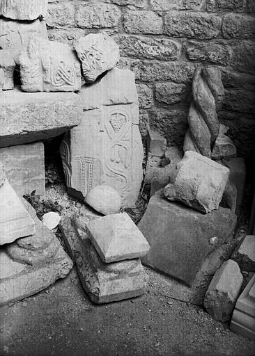 Fragments architectoniques dont un fragment d'entrelacs, en grès provenant du centre de l'abside est de l'église primitive