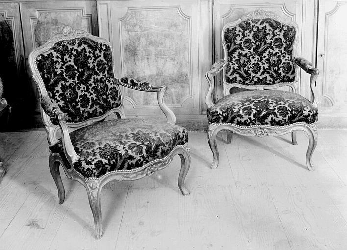 Deux fauteuils recouverts de velours frappé, époque Louis XV