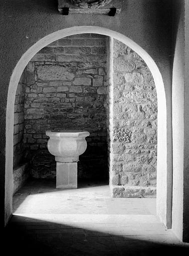 Cuve baptismale ou bénitier, pierre