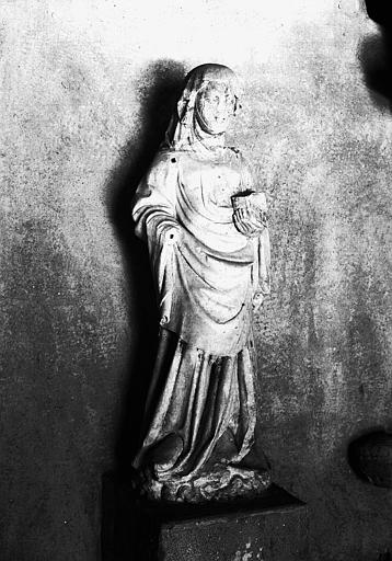 Statue pierre : femme drapée dite sainte Basilice