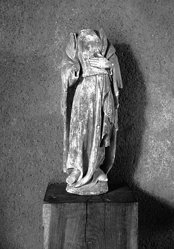 Statue acéphale en pierre : personnage drapé