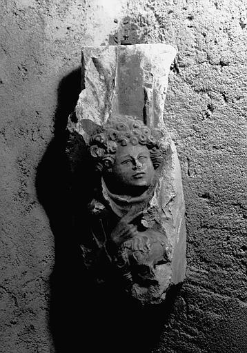Haut-relief en pierre, fragment : deux têtes bouclées