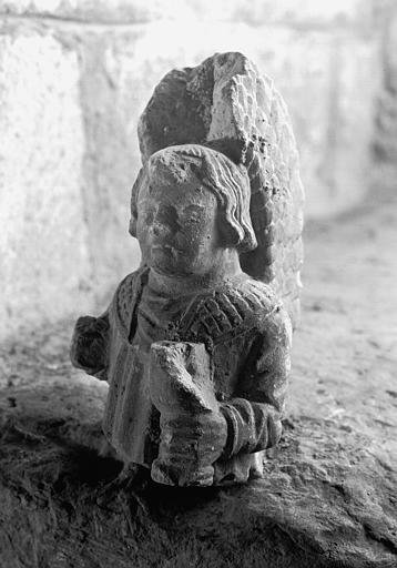 Haut-relief en pierre, fragment : buste d'un personnage portant un calice