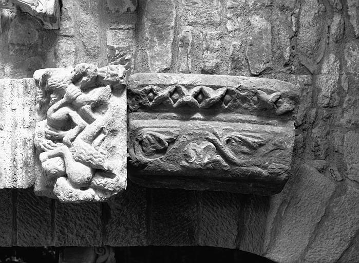 Chapiteau et fragment de frise, pierre