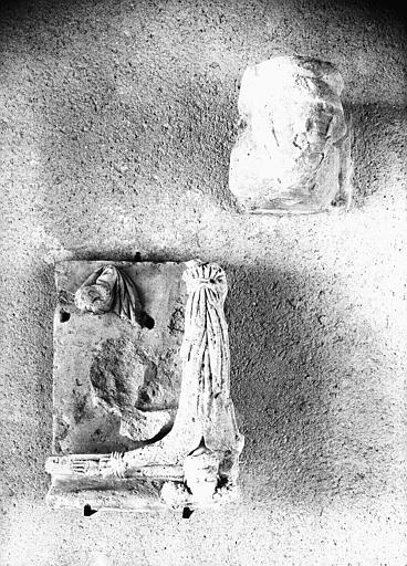Fragment de sculpture en pierre : Homme lié sur une croix, saint Pierre (supposé)