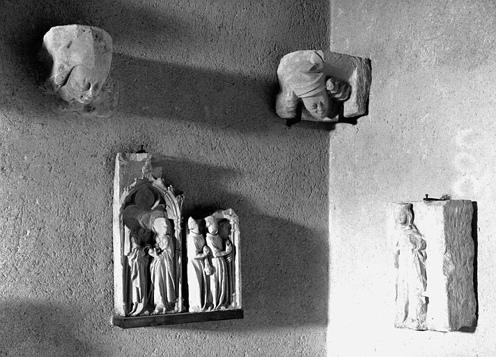 Corbeaux et fragments de soubassements, pierre, Vierge du 14e siècle et autres albâtres du 15e siècle