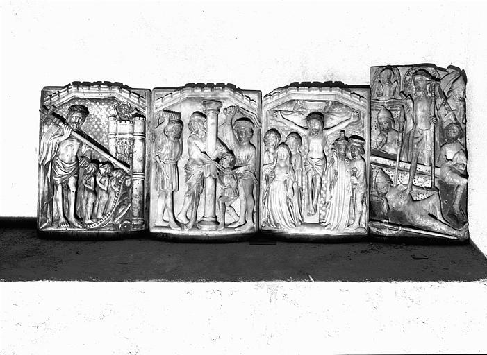 Quatre reliefs en albâtre anglais : Descente aux Limbes, Crucifixion, Résurrection, Flagellation, provenant de l'église Saint-Sernin