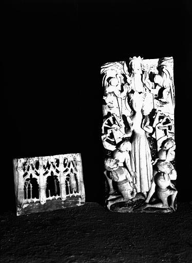 Relief en albâtre anglais : sainte Catherine