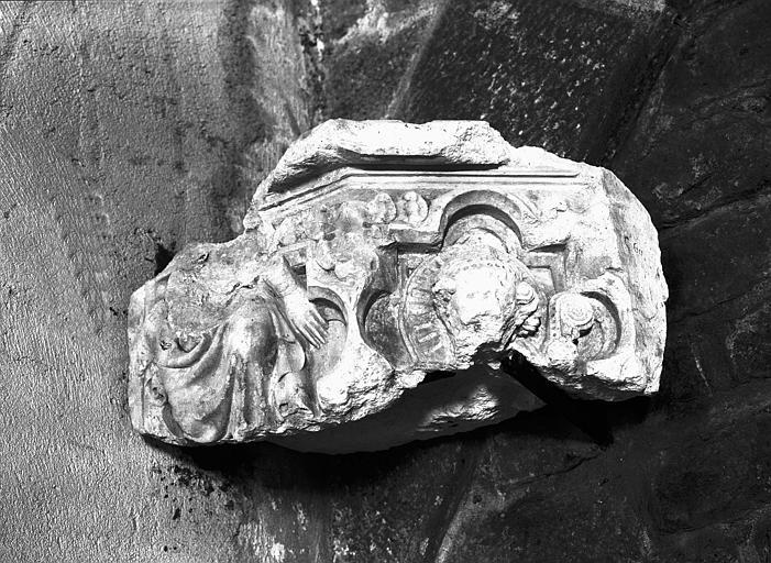 Fragment de pilier à décor de personnages, pierre sculptée