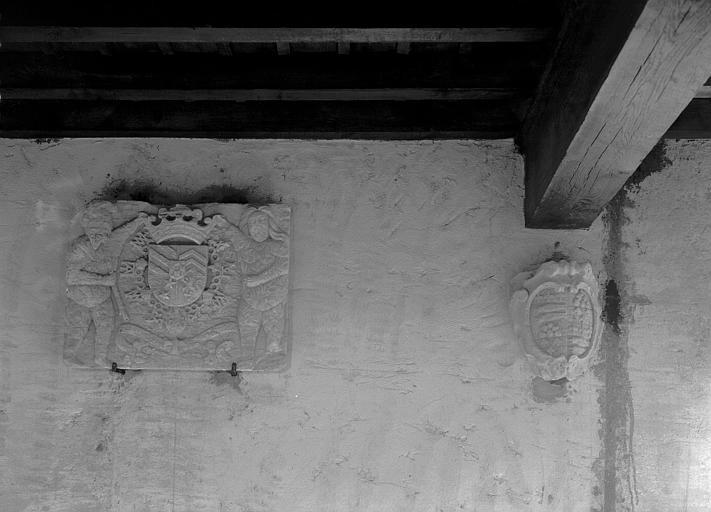 Marbre sculpté : écusson entouré d'un collier sommé d'une couronne comtale tenue par deux personnages