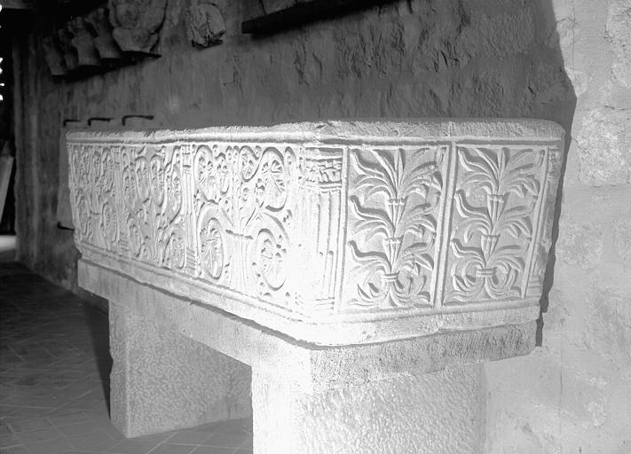Sarcophage en marbre sculpté de rinceaux, époque mérovingienne