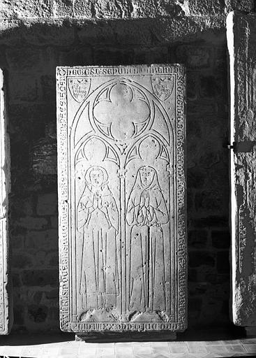 Dalle funéraire à double effigie, pierre gravée